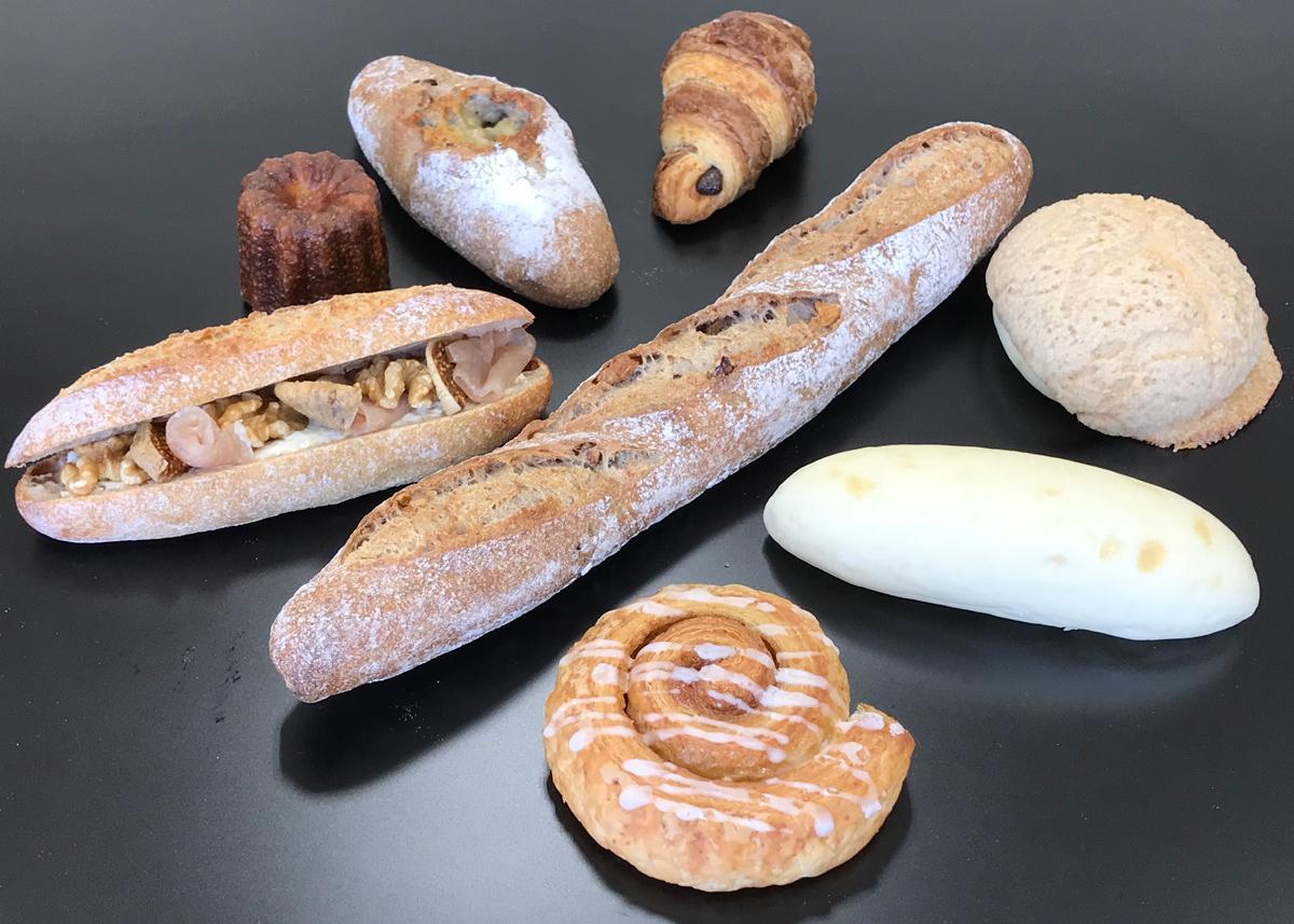 右上から時計まわりにシナモンメロン、ミルクパン、シナモンロール、くるみカンパーニュ、カスクート、カヌレ、はちみつゴルゴンゾーラ、チョコレートクロワッサン