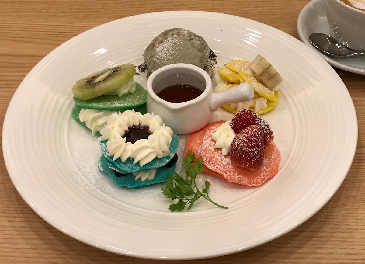 マカロンをイメージした5種類のパンケーキ「プティコロレ」(918円)