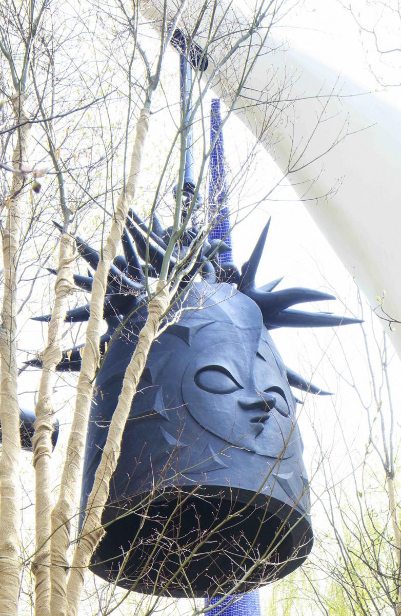 「太陽の鐘」直径1.2メートル、高さ2.4メートル、重さ2.4トン