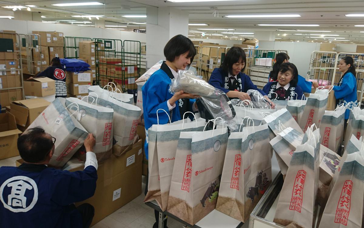 袋詰め作業も大詰め。写真は高崎タカシマヤ