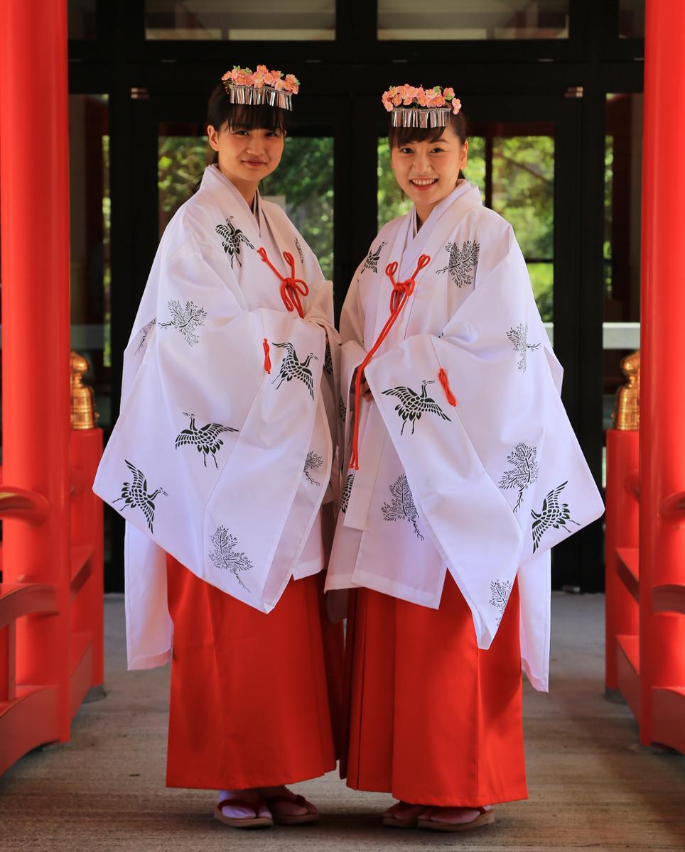 巫女装束で赤城神社での神事に臨む赤城姫と淵名姫