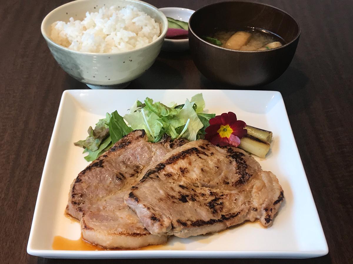 「豚の味噌漬け焼」の定食(1,180円)豚肉(群馬県産)2枚、食べ応えがある