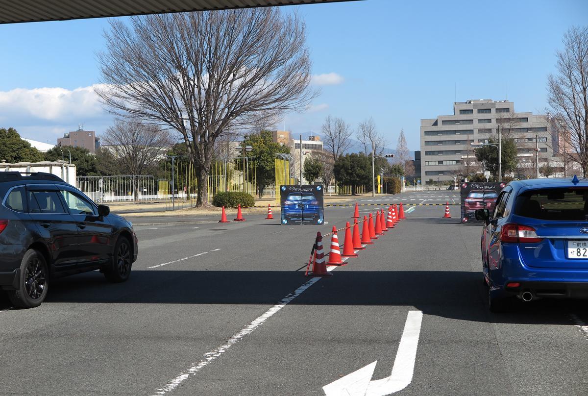 参加者は障害物に向って走行し、運転支援システム「アイサイト」を体験した