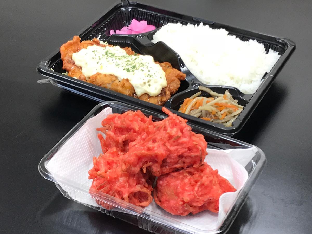 「紅生姜からあげ」(手前)「チキン南蛮弁当」(奥)、紅生姜からあげは衣に紅しょうがをたっぷり使っている