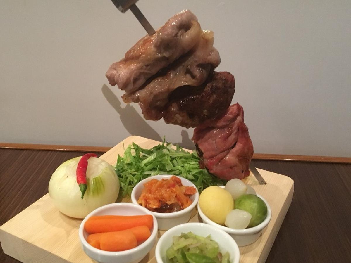 前回のグランプリ店の「中南米料理 幸せの扉 ボルデ」の豚の串焼き「エスペートス」