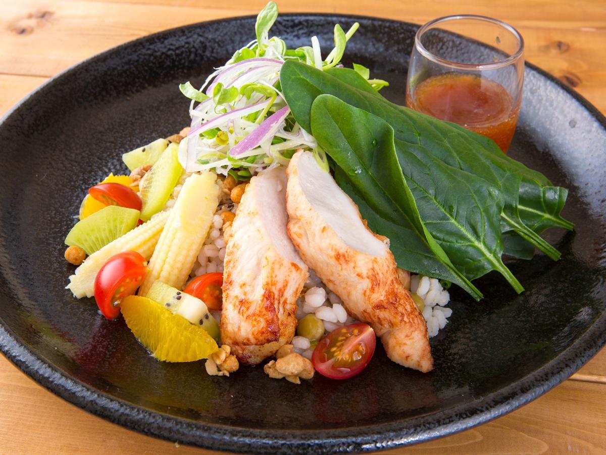 「チキンともち麦とほうれん草のサラダ」(910円、税別)