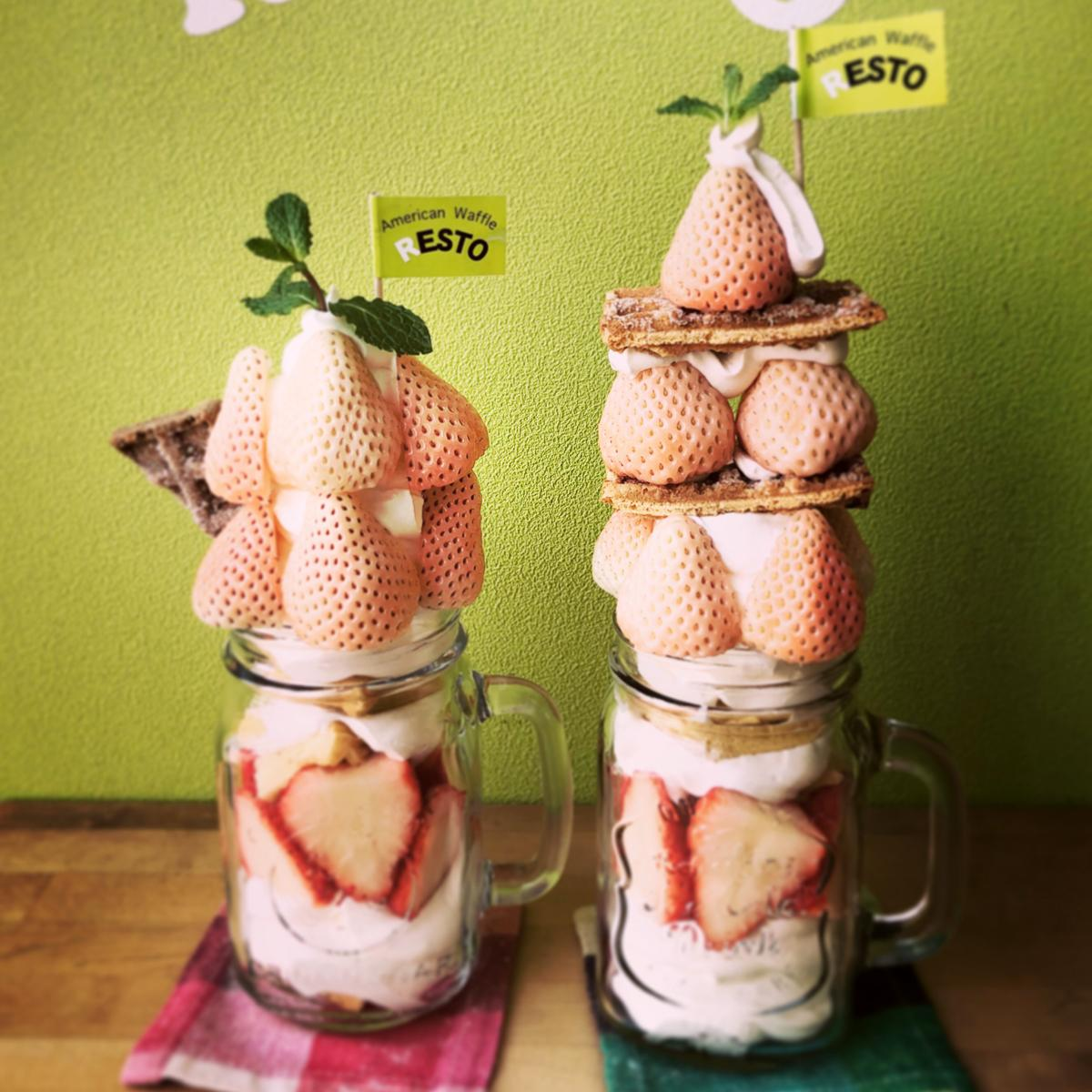 「白イチゴのワッフルパフェ」(左)、「白イチゴのワッフルパフェ ザ・セカンド」(右)高さは25センチ