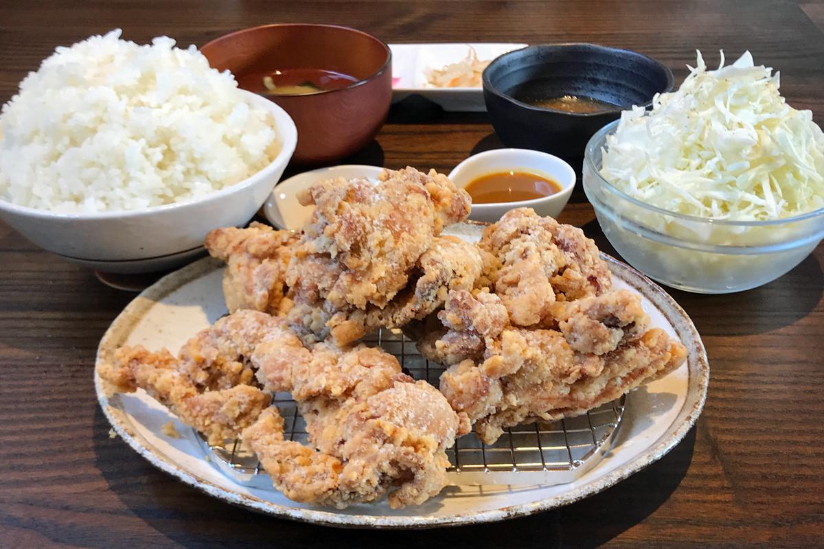 からあげ・ご飯が大盛りの「からあげ定食」(920円)、肉はむねともも
