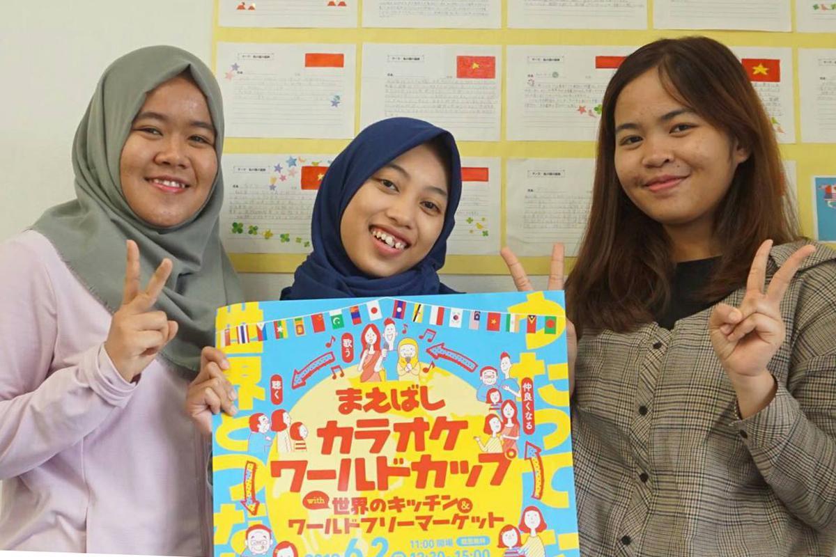 インドネシアからの留学生(左からリズキさん、アユさん、マルシェリアさん)でカラオケでは一緒に「ハナミズキ」を披露する