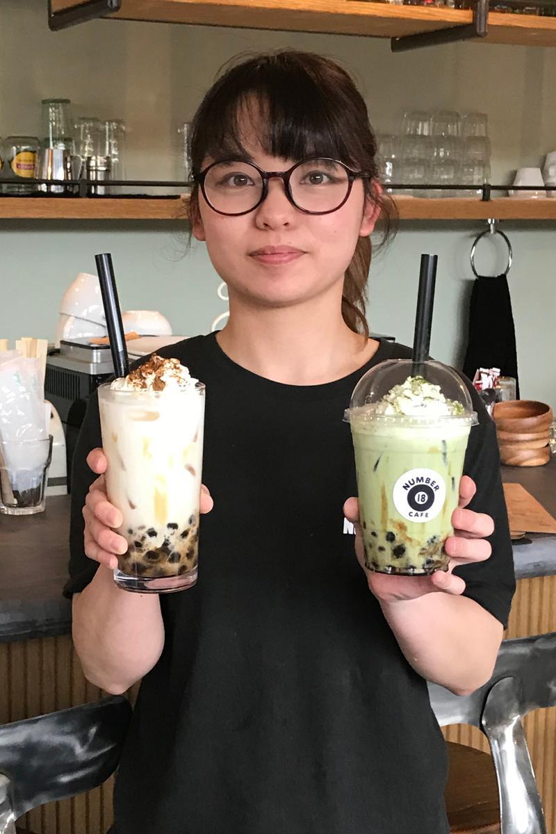 スタッフの山田晴香さんがすすめるタピオカドリンク。右はテークアウト仕様(黒糖抹茶)