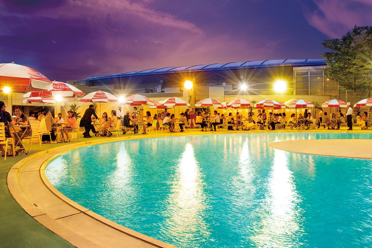 プールサイドで飲食を楽しむ「ナイトプール&アメリカンビュッフェ」、プールにも入れる。画像はイメージ