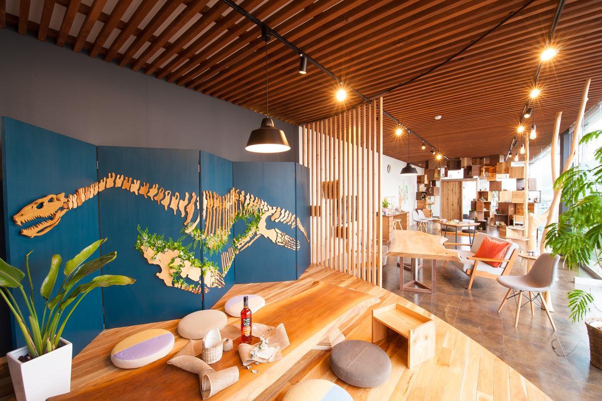 カフェを開催する貸しスペース「ヒトハコ」。無垢材を使った内装が特徴