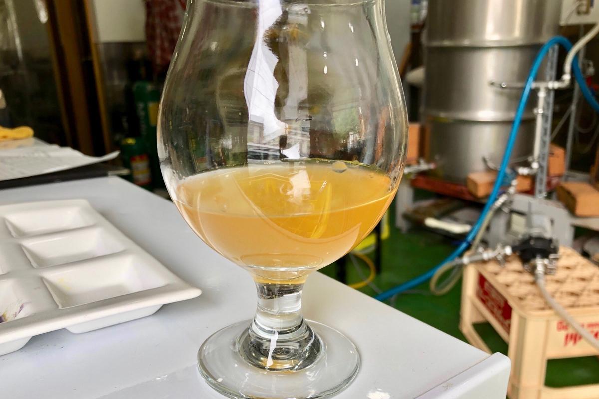 写真はブルーベリーを使用した「ルルルなビール」醸造過程の色。仕上がりはブルーベリーの色になるという
