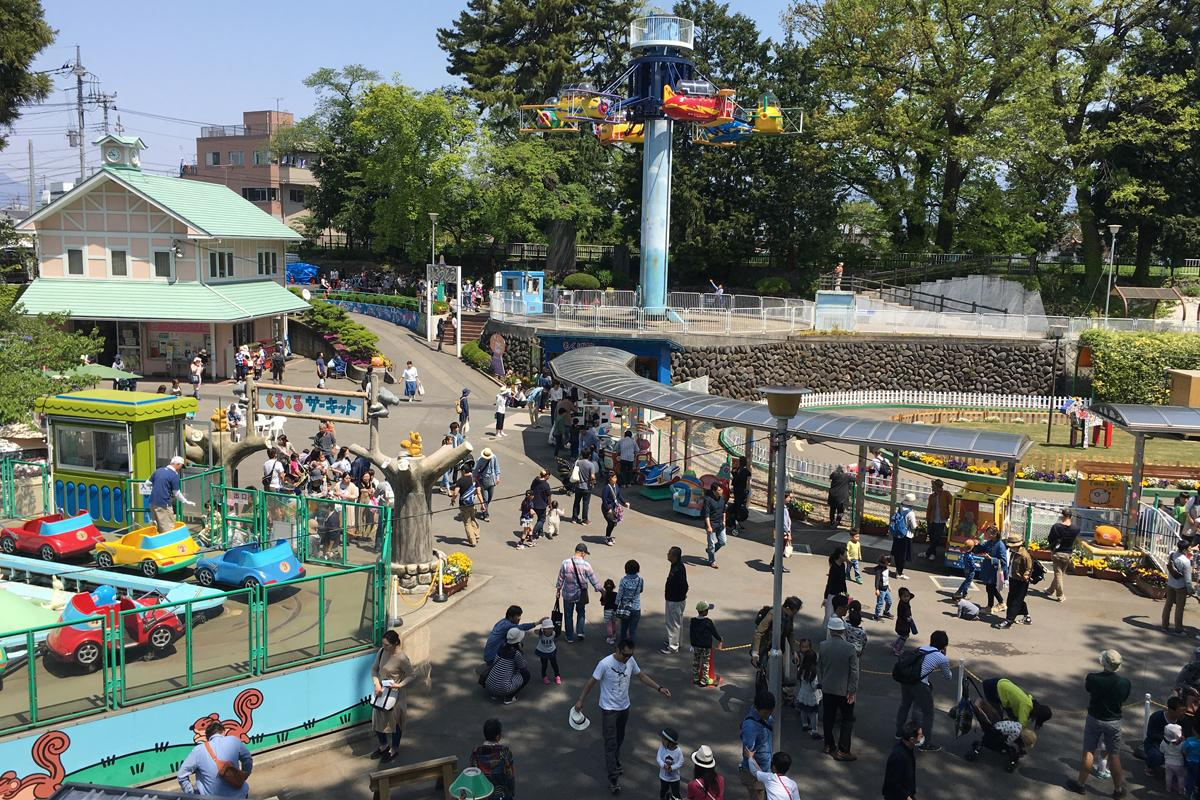 るなぱあく、写真は昼。木馬10円、まめきしゃなど50円など懐かしい遊具を低価格で提供。「日本一懐かしい遊園地」と呼ばれている
