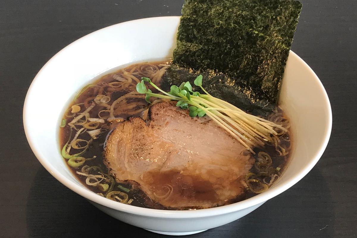 すっきりとした清湯スープにもちもちとした食感の多加水麺(中太、ややちじれ)を合わせる。チャーシューは「もち豚」。写真は「醤油らーめん」(700円)
