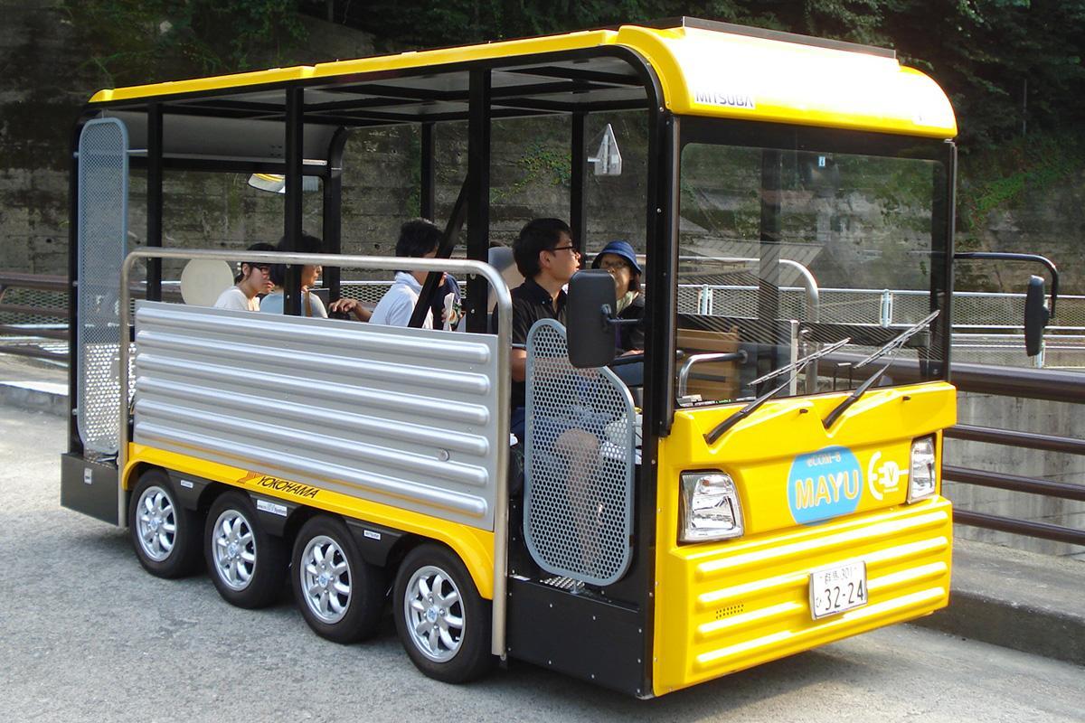 群馬大学理工学部などが開発した低速電動バス「MAYU」。コミュニティ使用を視野。8輪駆動、最高速度19キロメートル、定員は10人