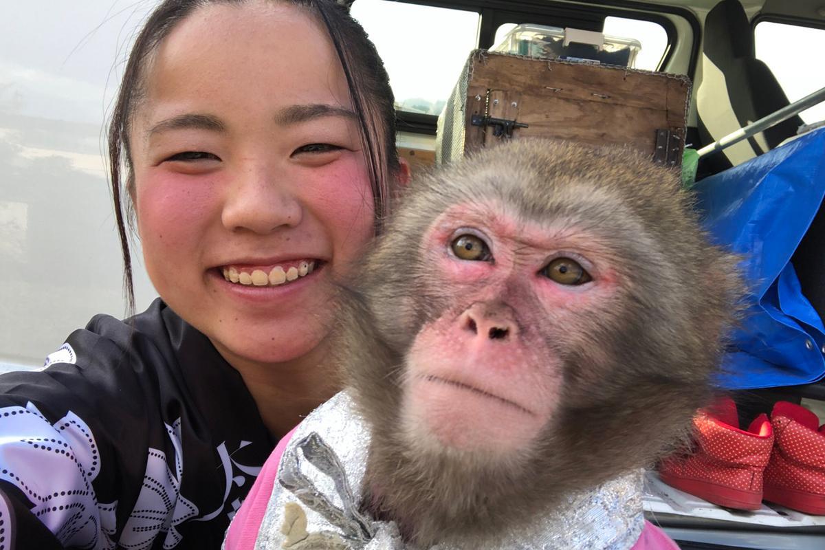 猿回し師のミッソさん(左)、猿のカーリー(右)、「ミソカリ」と呼ばれている