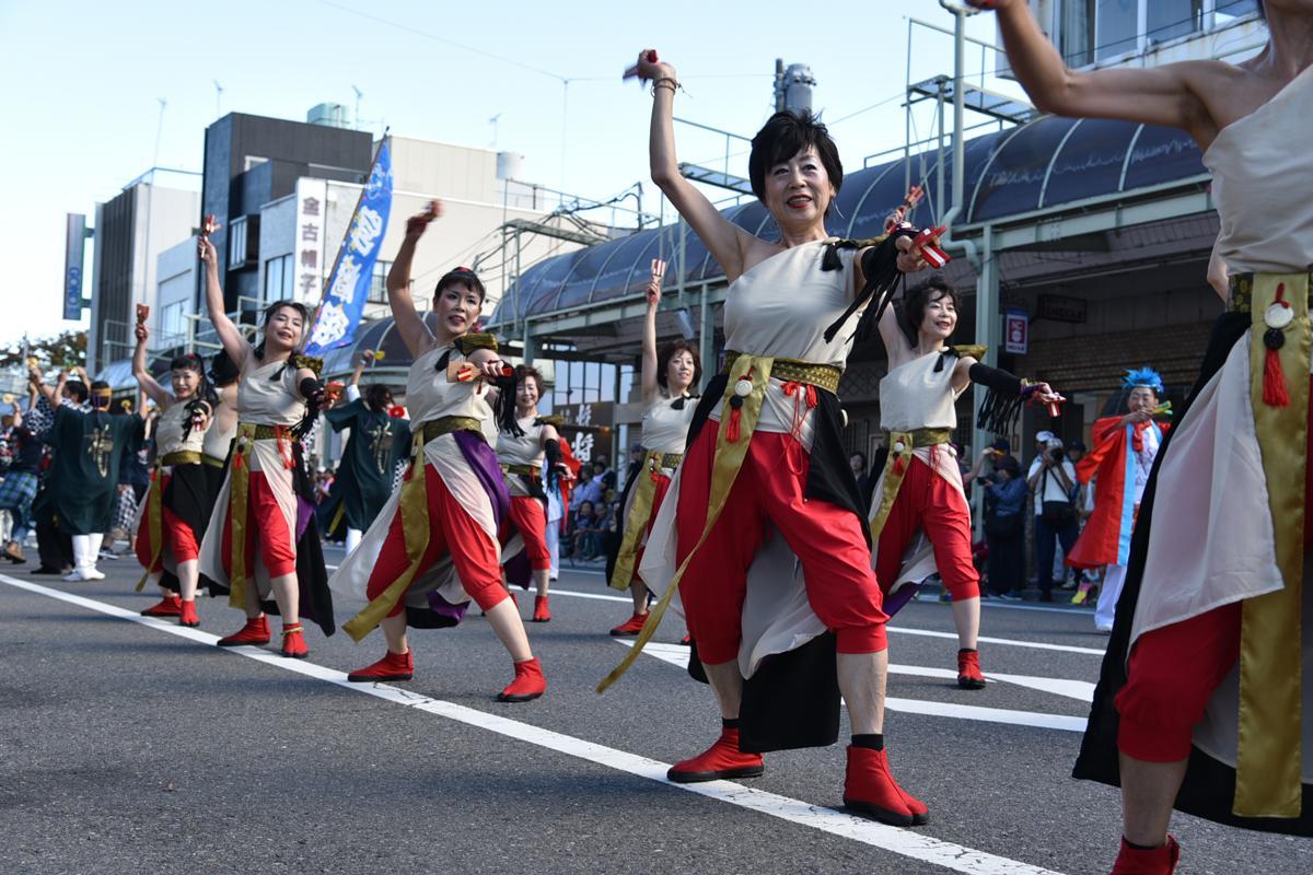 だんべえ踊りは「前橋音頭」をアレンジした曲に合わせて踊る鳴子踊り。鳴子は前橋の木「いちょう」を象った