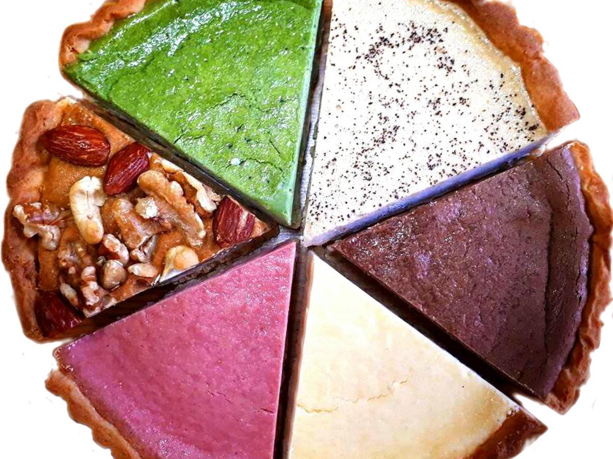 右上から時計回りで紅茶チーズタルト、焼きチョコタルト、プレーンチーズタルト、木いちごチーズタルト、木の実のタルト、桑抹茶タルト