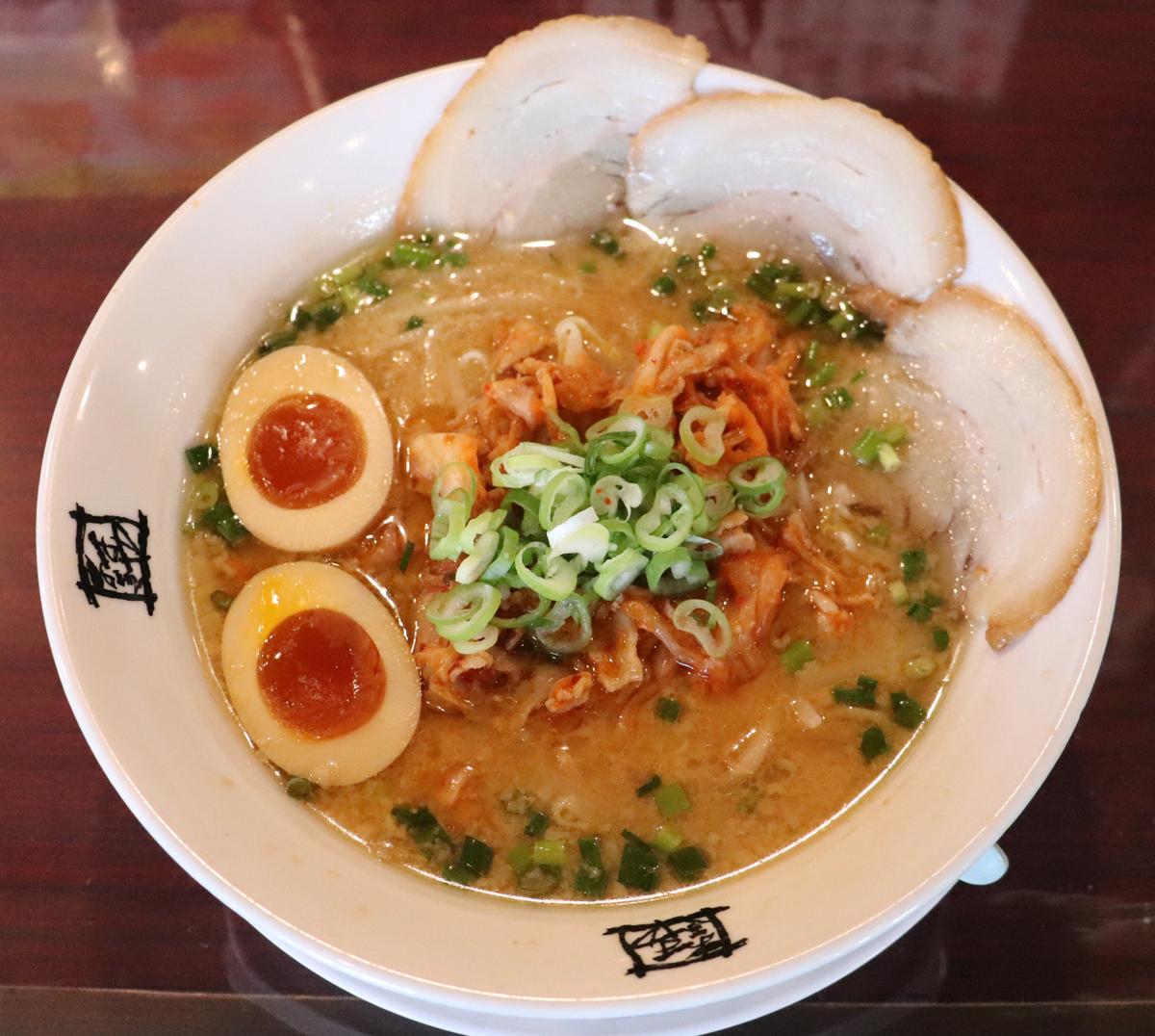 舩津選手と渡辺選手のコラボラーメン「豚キムチラーメン」はみそ豚骨スープをベースにした(C)KUSATSUONSEN FC