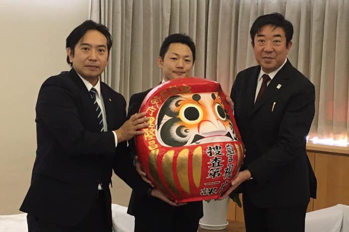 左から高木敦郎巡査部長、花見秀一警部補、山本龍前橋市長