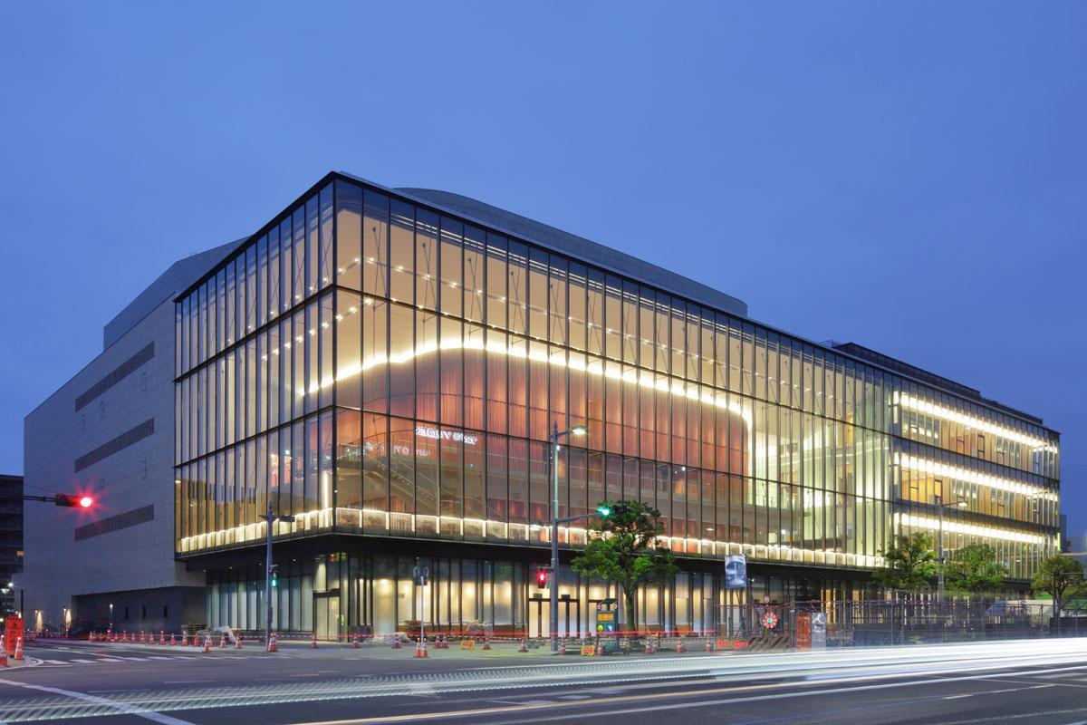 高崎芸術劇場は建築面積8,815.15平方メートル、延床面積27,203.96平方メートル、地上8階、地下1階の北関東最大級の劇場