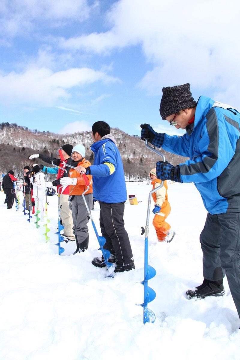 「氷穴あけ競争」はワカサギ穴釣り体験の参加者から20人が参加できる