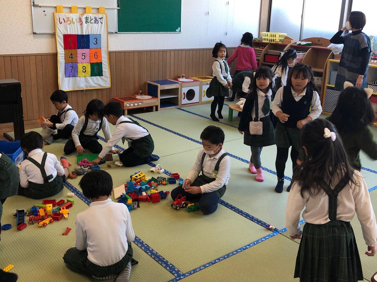 ホールに敷き詰めた畳の上で遊ぶ園児たち(第ニあさひ幼稚園)