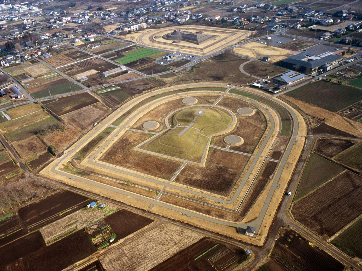 「保渡田古墳群」は高崎市の保渡田、井出にまたがる田園に点在する3つの古墳の総称。写真右上の大きな建物が「かみつけの里博物館」