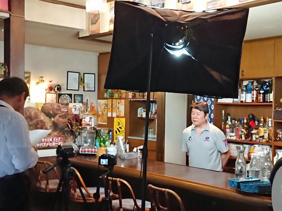 第3弾「桂萱KITCHENゼミ 有名店の味を学ぶ 中南米料理ボルテ チキンパフィータス編」の撮影の様子。5月26日、ソーシャルディスタンスを保って