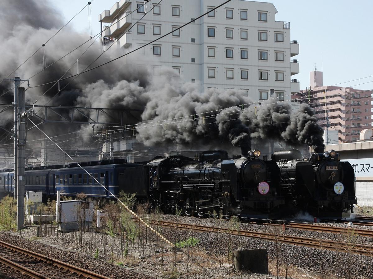 高崎を走るSL「C6120」(写真左)「D51498」(右)