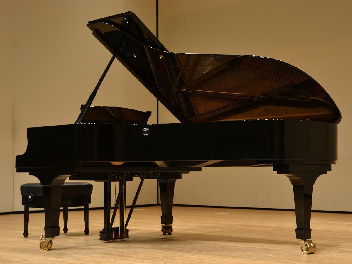 「スタインウェイグランドピアノセミコンサート(C227)」は中規模程度までのコンサートホールなどで導入されるピアノ。迫力のある響きが特長