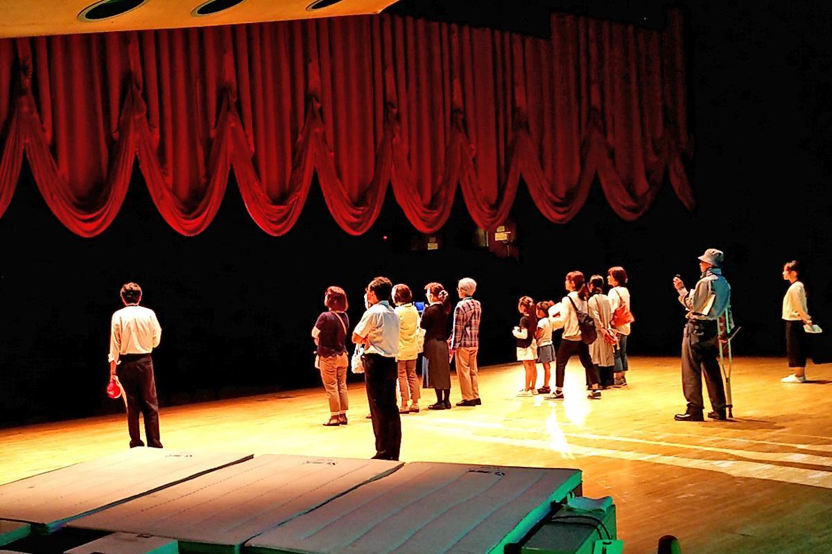 「緞帳(どんちょう)」をあげ、公演開始の体験ができる