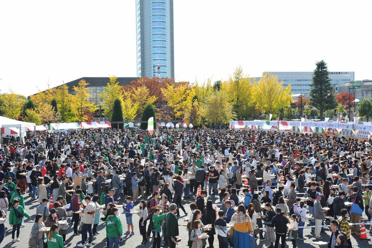 「もてなし広場」で開催した昨年の様子(写真)来場者は1万500人を超えた