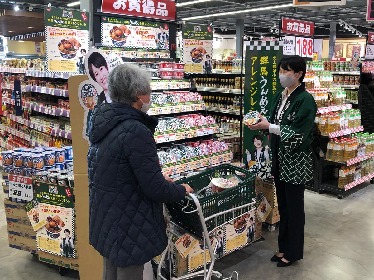 レシピを配布する茂木さん(2月19日、フレッセイ上並榎店)