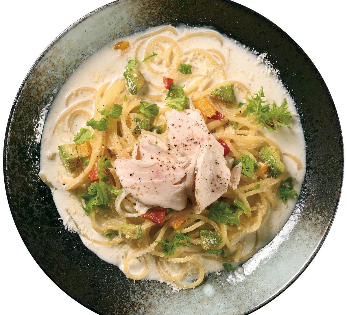 昨年のキングオブパスタ優勝「赤城鶏の鶏ハムとほんのりワサビのクリームソース」(1,298円)、高崎産小麦の生パスタでブラッシュアップ