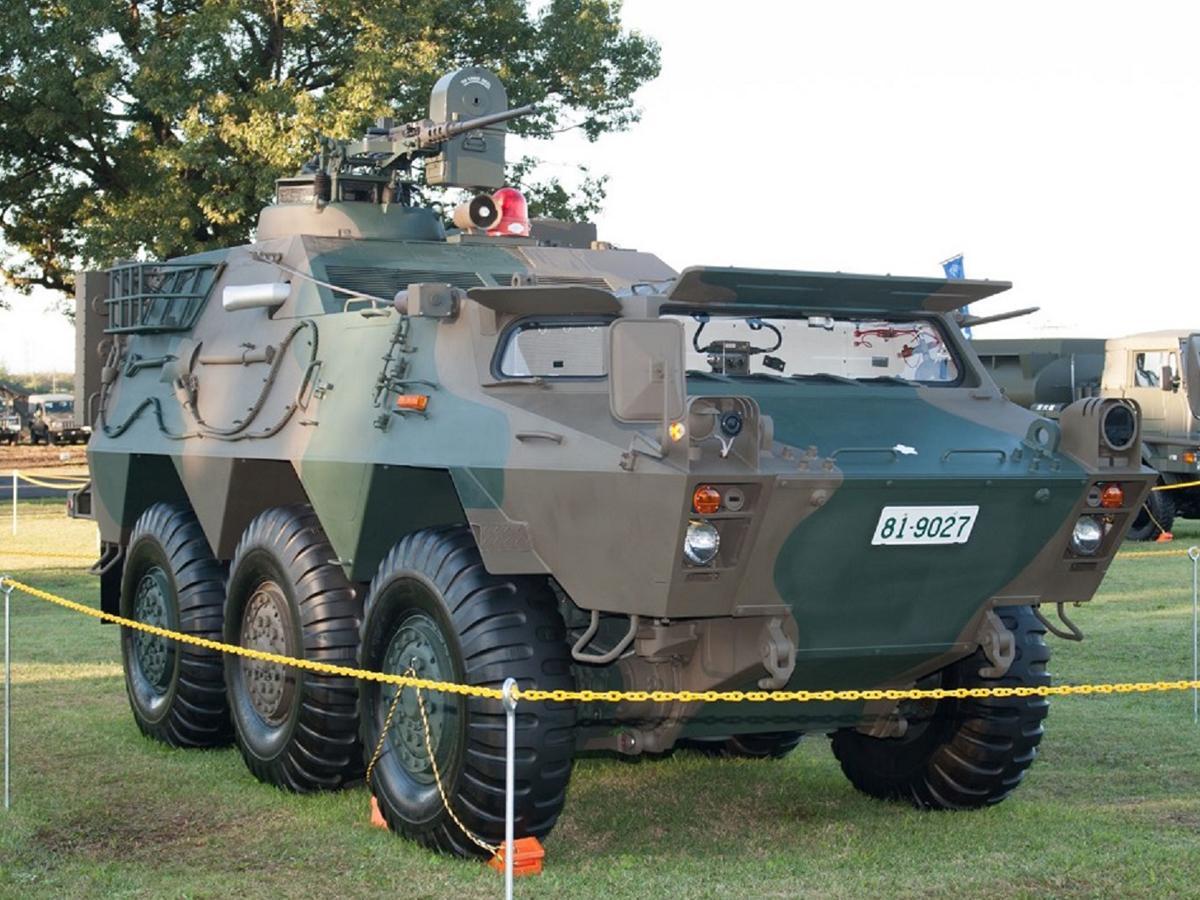 「化学防護車」全長 約6.1メートル、全幅 約2.5メートル、全高 約2.4メートル、定員4人、最高時速約95キロメートル