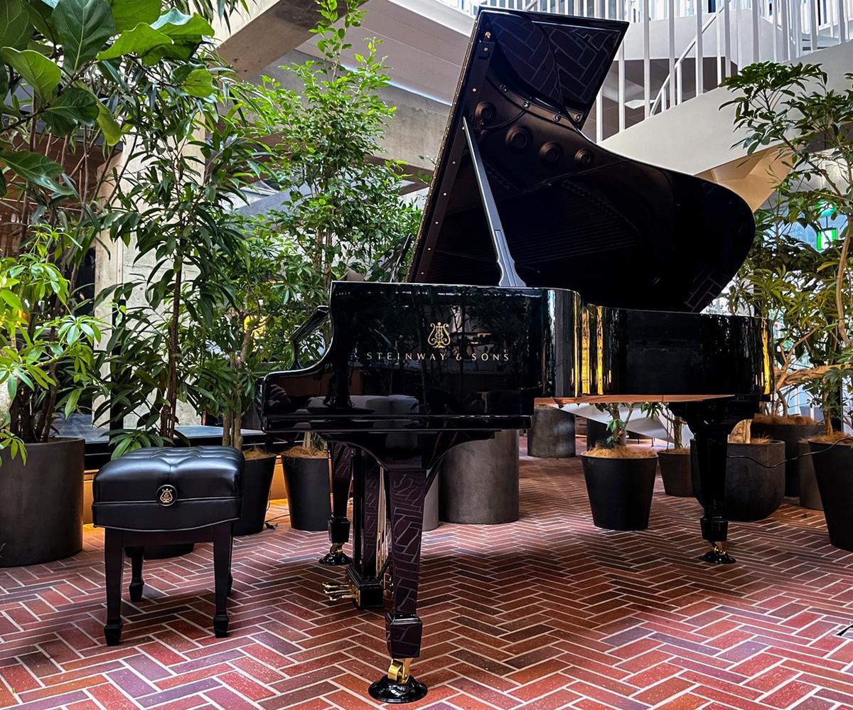 自動演奏ピアノ「スタインウェイ&サンズ SPIRIO r」。白井屋ホテルのロビー