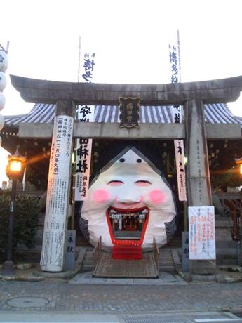博多・櫛田神社の3つの門に「お多福」登場