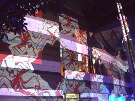 キャナルシティ博多で6台のプロジェクターを使用し、壁面に映し出すアートイベント「デジタル掛け軸」が開催