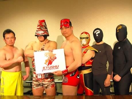 (写真左より)田中純二さん、阿蘇山、筑前りょう太さん、磁雷矢。「はてなマーク」のコスチュームに身を包む2人は現在、キャラクターを考案中という