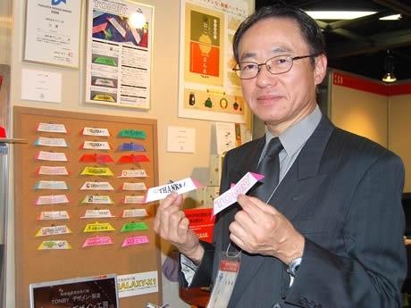 今年度のデザイン賞大賞を紙飛行機「トンビー」で受賞した紙飛行機デザイン工房の長松康男社長