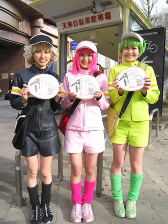 マシュマロのお返しに大喜びの「チャリ・エンジェルズ」(左より)長女・巡子さん、次女・輪子さん、三女・町美子さん