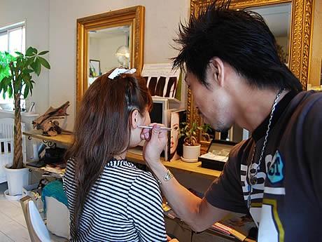 薬院の美容室「PEACE」が台湾発の耳ツボ・ジュエリーの施術を導入