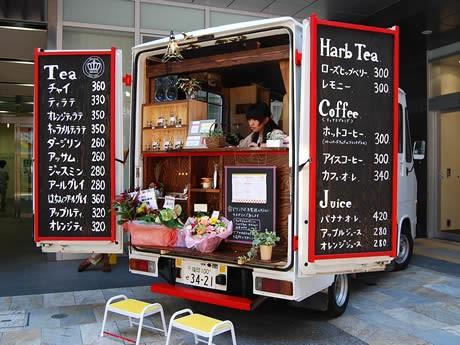天神の商業ビル「天神プライム」前に移動式カフェ「Tea・a・la」がオープン