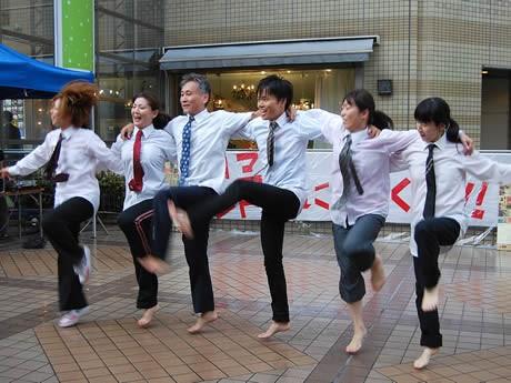 雨の中、ダンスを披露する「おやじダンサーズ」