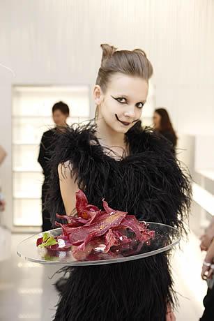 スワロフスキー銀座店でのパフォーマンス「ALICE in the crystal forest」2009年4月