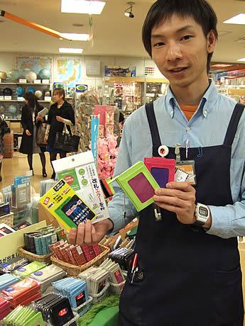 雑貨館インキューブではICカード対応パスケースなど約300種をそろえる