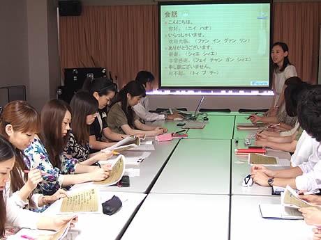天神の各施設のインフォメーション担当者らが中国語講座を受講