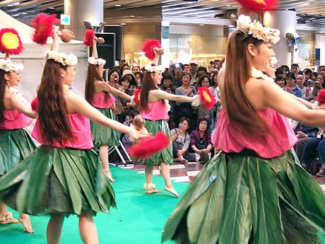 被災した福島県のスパリゾートハワイアンズのフラガールが天神で無料公演